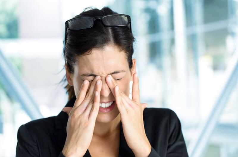 Причины боли в глазах