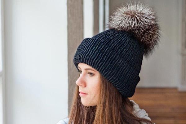 Оригинальная шапка с меховым помпоном